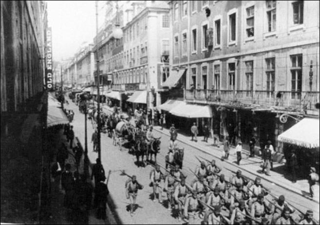 Desfile do CEP, em Lisboa, aquando da partida para a frente de combate na Flandres.